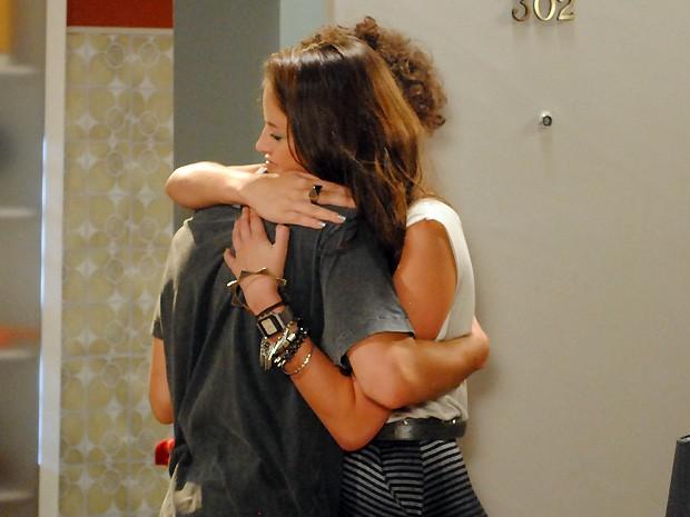 """Ju dá um abraço apertado no ex: """"A gente viveu bons momentos!"""" (Foto: Malhação / TV Globo)"""