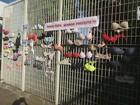 Servidoras em greve amarram sutiãs no portão da Prefeitura de Franca, SP