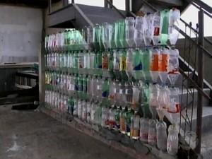 Na construção, garrafas pet substituem tijolos e blocos (Foto: Reprodução/ TV Grande Rio)