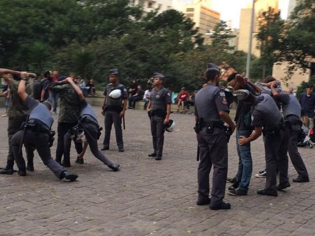 Antes do protesto, manifestantes tiveram as mochilas revistadas pela PM (Foto: Roney Domingos/G1)