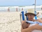 Suzana Alves mostra foto amamentando o filho na praia