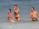 Roger Flores curte praia em nova companhia, que quase mostra demais
