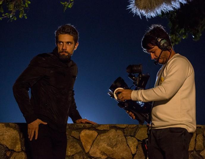 Rafael Cardoso em cena como César. O personagem arma contra a Arraial Pescados (Foto: Felipe Monteiro / Gshow)