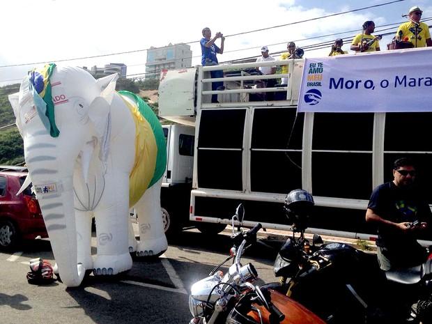 Manifestantes inflam elefante branco durante ato na avenida Litorânea, orla de São Luís (MA), às 9h15 (Foto: Clarissa Carramilo/G1)