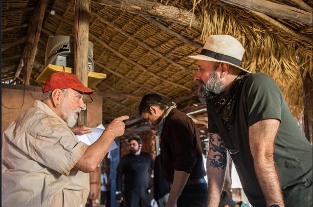 Lima Duarte, caracterizado como o Josafá de 'O outro lado do paraíso', conversa com o diretor Mauro Mendonça Filho  (Foto: Raquel Cunha/TV Globo)