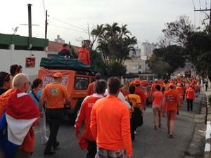 Holandeses caminharam pelas ruas da Zona Sul (Foto: Ana Carolina Moreno/ G1)