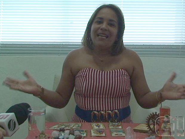 Rejane Rios usa o tarô para realizar suas previsões (Foto: Reprodução/G1)