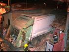 Caminhão de lixo desgovernado atinge casa e deixa feridos na PB
