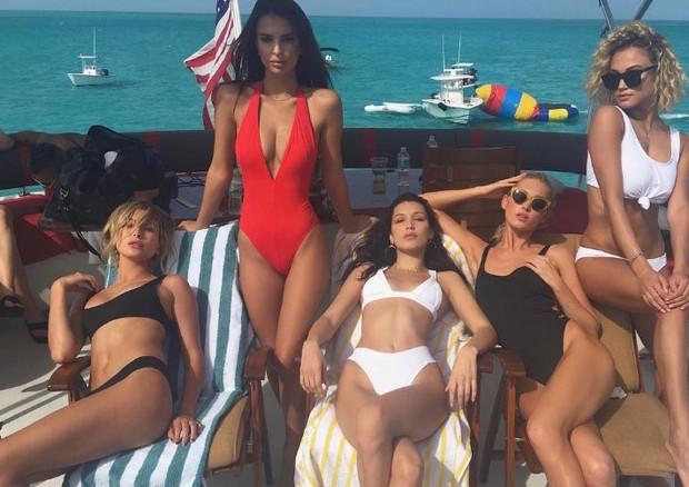Emily Ratajkowski (de maiô vermelho) e sua turma nas Bahamas (Foto: Reprodução/Instagram)
