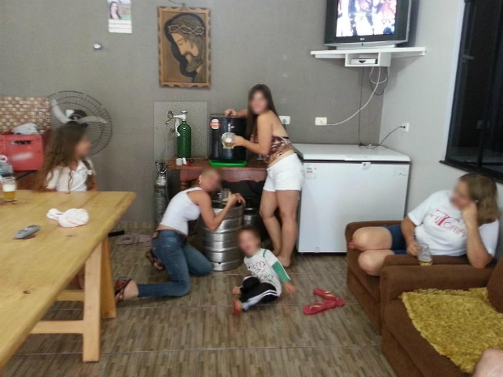 Fotos publicadas em uma rede social por familiares do ex-prefeito mostram o cilindro de oxigênio sendo usado em um barril de chope (Foto: Divulgação/ Ministério Público do Paraná)