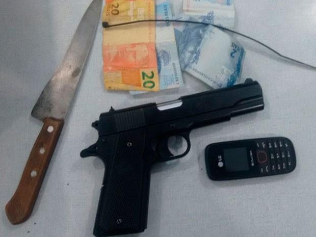 Polícia aprendeu arma falsa, faca e dinheiro com segundo suspeito preso (Foto: Jadiel Luiz/Blog do Sigi Vilares)
