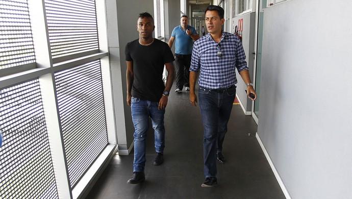 Miller Bolaños e Rui Costa no CT Luiz Carvalho (Foto: Lucas Uebel / Grêmio, DVG)