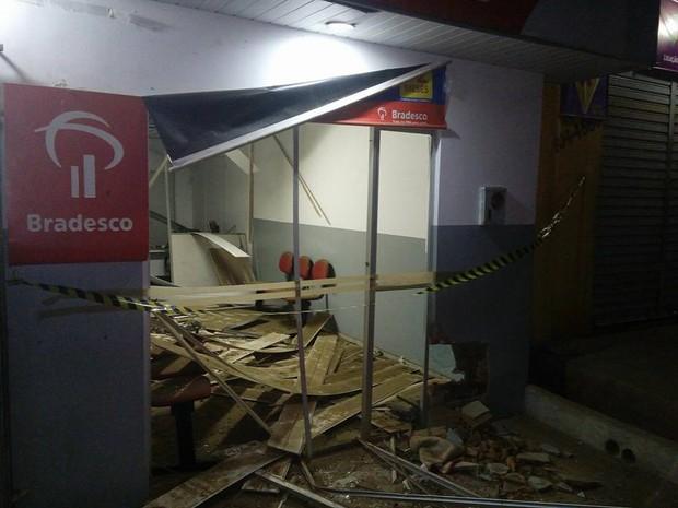 Posto bancário ficou bastante danificado após a explosão (Foto: Divulgação/Polícia Militar)