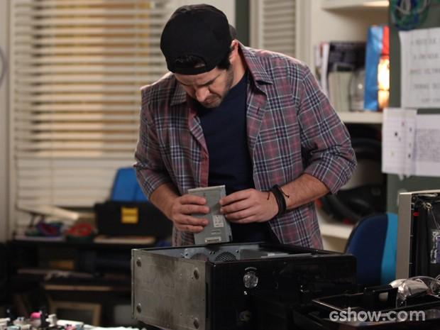 Jonas tenta colocar seu primeiro computador para rodar (Foto: Camila Camacho/TV Globo)