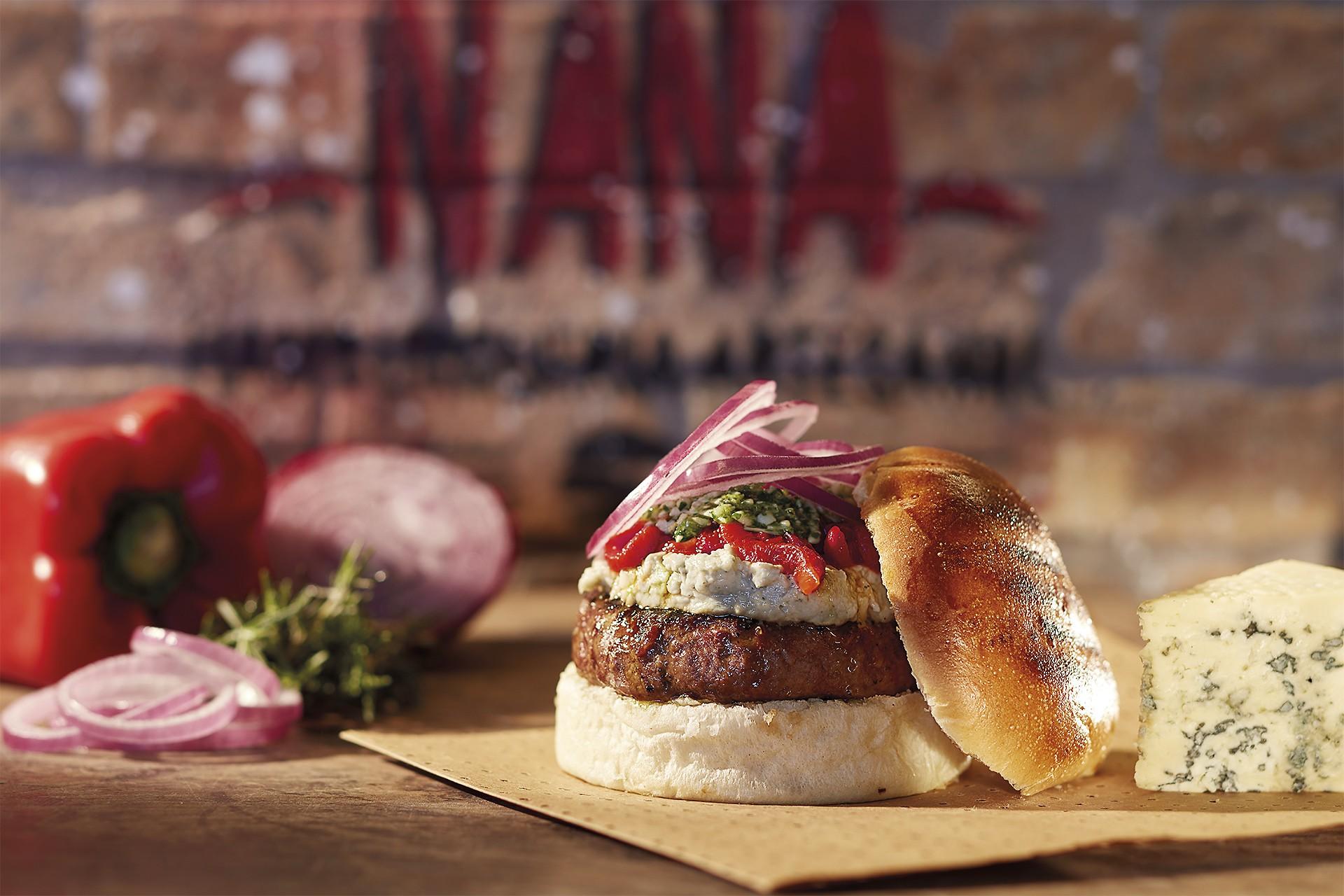 O hambúrguer com creme de gorgonzola, pimentão e pesto de rúcula da chef Nana Oliveira (Foto: Divulgação)