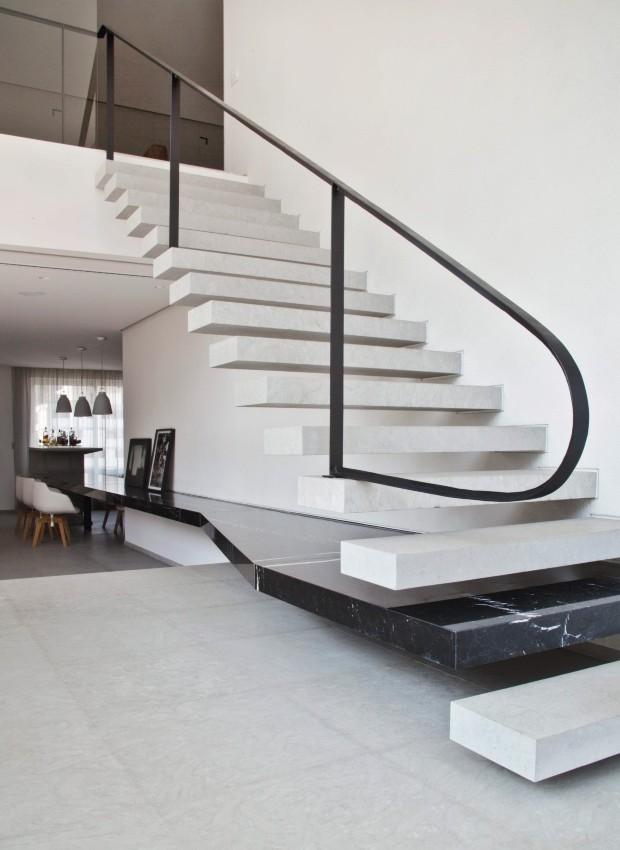 Escada com degraus vazados de 1,20 m de largura (Foto: Maíra Acayaba / Editora Globo)