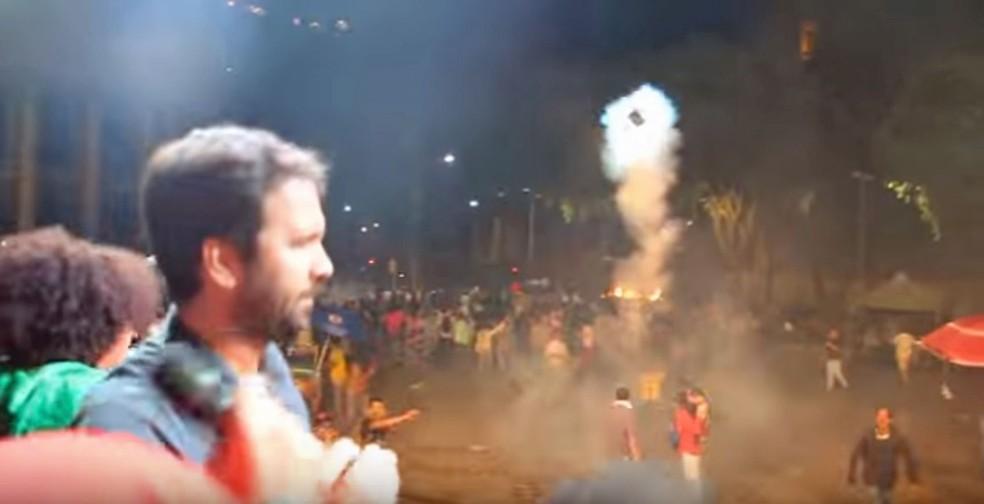 Vídeo mostra momento em que bomba de gás atinge homem que filmava manifestação no Centro do Rio (Foto: Reprodução/Ronaldo Parra/Arquivo pessoal)