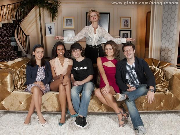 A família 'perfeita' da diva Bárbara Ellen (da esquerda para a direita): Dórothy, Luz, Kévin, Amora e futuro genro da diva, Maurício (Foto: Sangue Bom/TV Globo)