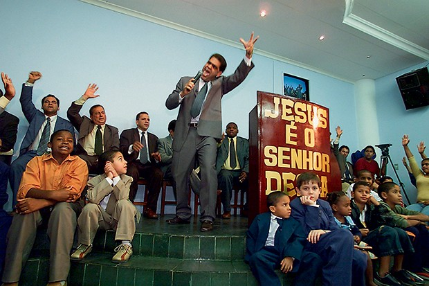 FRAUDE O pastor Marcos num culto. Ele é acusado de fomentar rebeliões para, depois, ser chamado como mediador (Foto: Felipe Varanda /Folhapress)