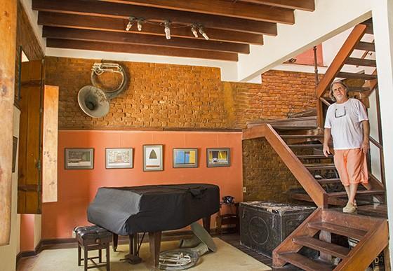 José Kevorkian na sala principal da Casa de Artes, sua ex-residência no bairro São Roque (Foto: © Haroldo Castro/Época)