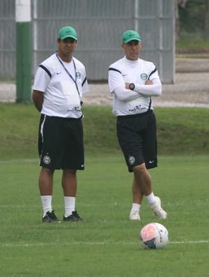Marquinhos Santos e Edison Borges observam o treino do Coritiba (Foto: Divulgação / Site oficial do Coritiba)