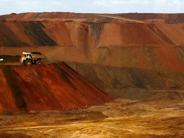 Caminhão carrega minério de ferro em mina na região de Pilbara, Austrália, no dia 17 de novembro (Foto: REUTERS/Jim Regan)