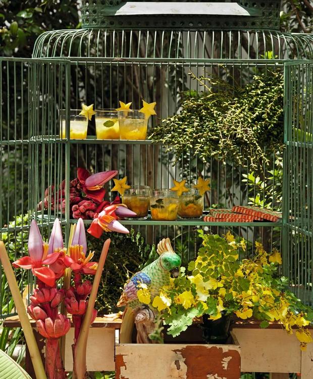 A gaiola gigante acomoda drinques, e arranjos, com destaque para os drinques enfeitados com lâminas de carambolas, a fruta-estrela (Foto: Cacá Bratke / Editora Globo)