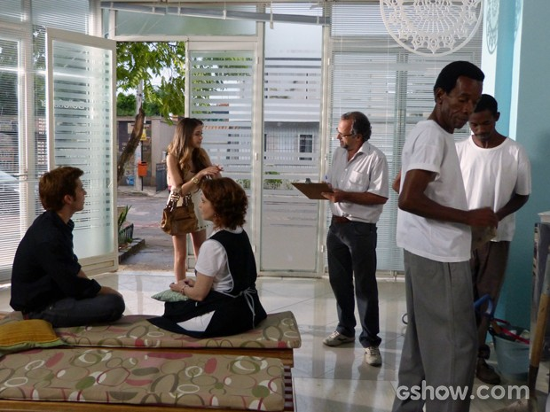 Flaviana chega com um bando de operários para reformar o salão (Foto: Malhação / TV Globo)