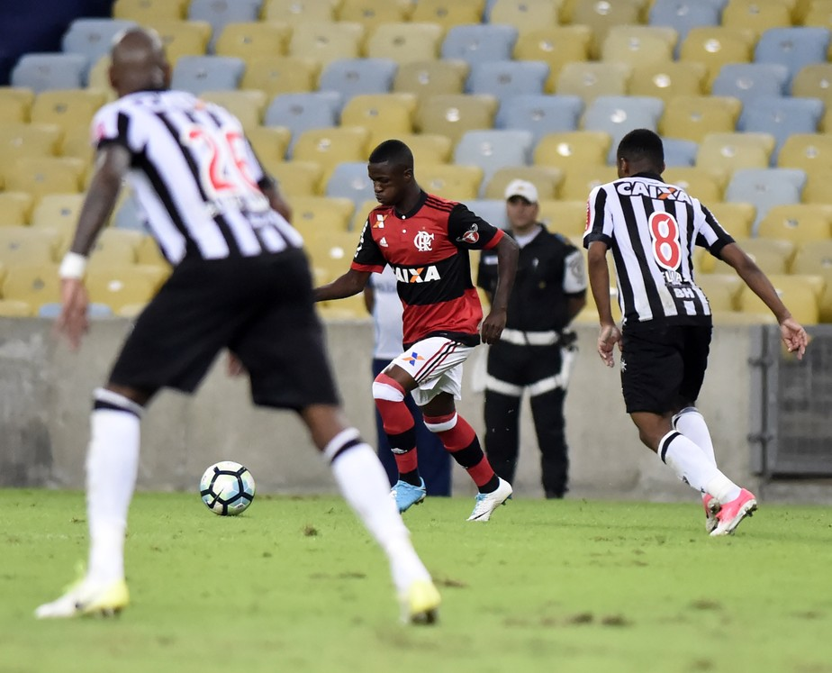 Pedido pela torcida, Vinicius Junior estreia no profissional: