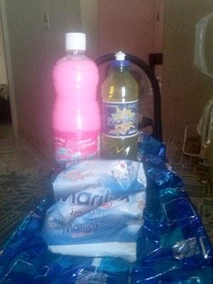Um dos kits entregues pela prefeitura continha detergente, sabão em pó e desinfetante (Foto: Magnos Alves)