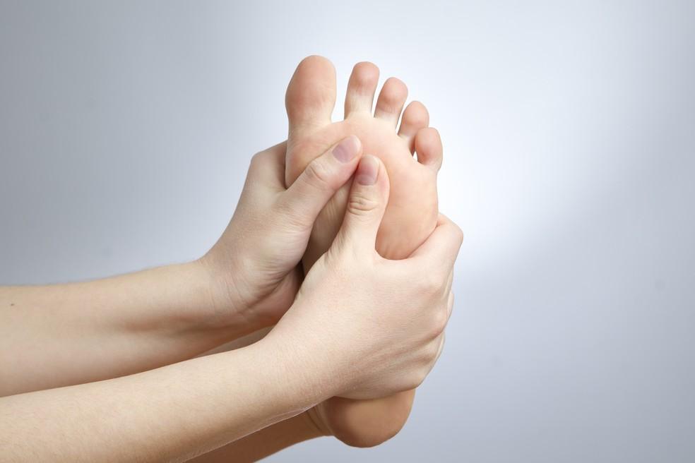 Automassagem e alongamento podem ser eficazes (Foto: iStock Getty Images)
