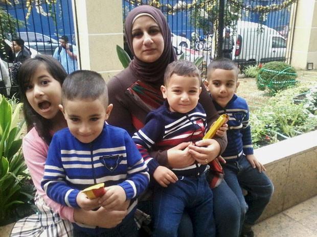 Muna Darweesh com os quatro filhos; formada em literatura inglesa, ela vende doces e comidas sírias em SP (Foto: Muna Darweesh/Arquivo pessoal)
