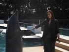 Grávida, Kim Kardashian se diverte com golfinho em aquário em Miami