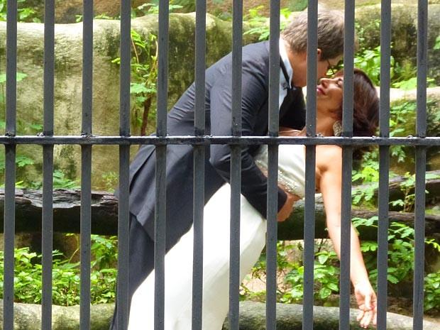 Dentro da jaula, Felipe dá um beijo de cinema em Roberta (Foto: Guerra dos Sexos / TV Globo)