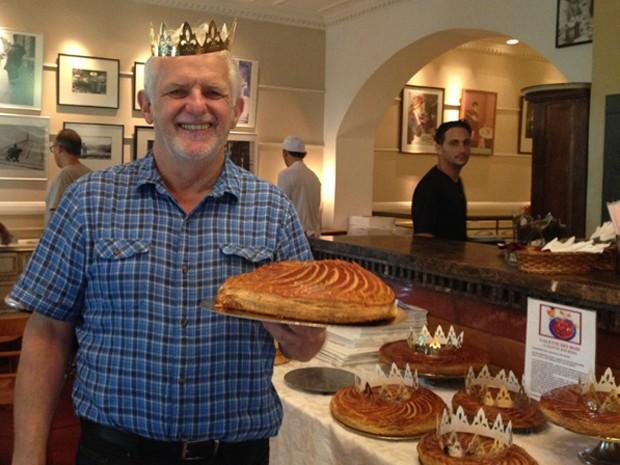 O confeiteiro Daniel Briand segurando uma 'galette des rois' (Foto: Gabriel Luiz/G1)