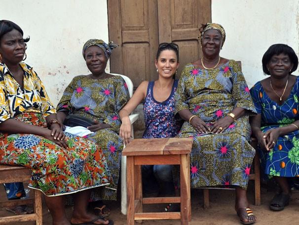 A apresentadora Júlia Bandeira com um grupo de agudás, no Benin (Foto: Divulgação)