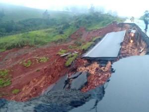 Carro caiu em buraco após asfalto ceder na PR-092 (Foto: Divulgação/Polícia Rodoviária Estadual)