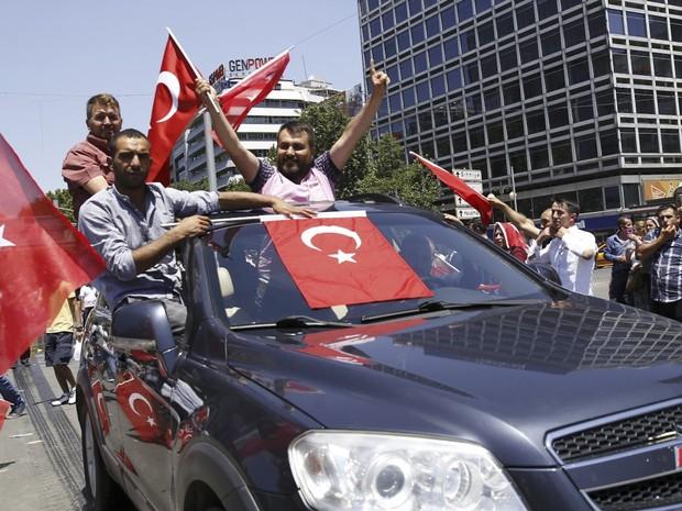 Apoiadores do governo de Erdogan comemoram impedimento da tentativa de golpe na Turquia (Foto: REUTERS/Tumay Berkin)