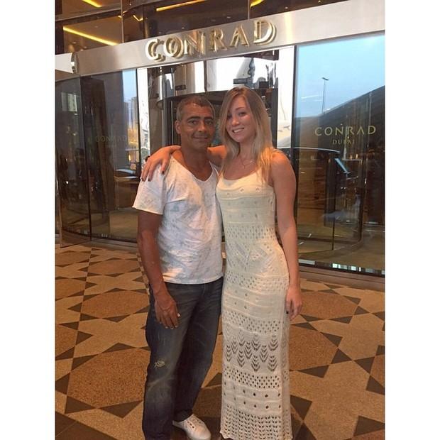 Romário e Dixie Pratt na porta de um hotel, em Dubai (Foto: Reprodução/Instagram)