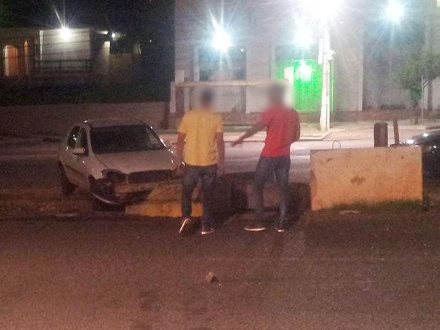 O outro carro envolvido no acidente ainda atingiu blocos de concreto na Avenida do CPA (Foto: Silvano Fernandes/Arquivo pessoal)