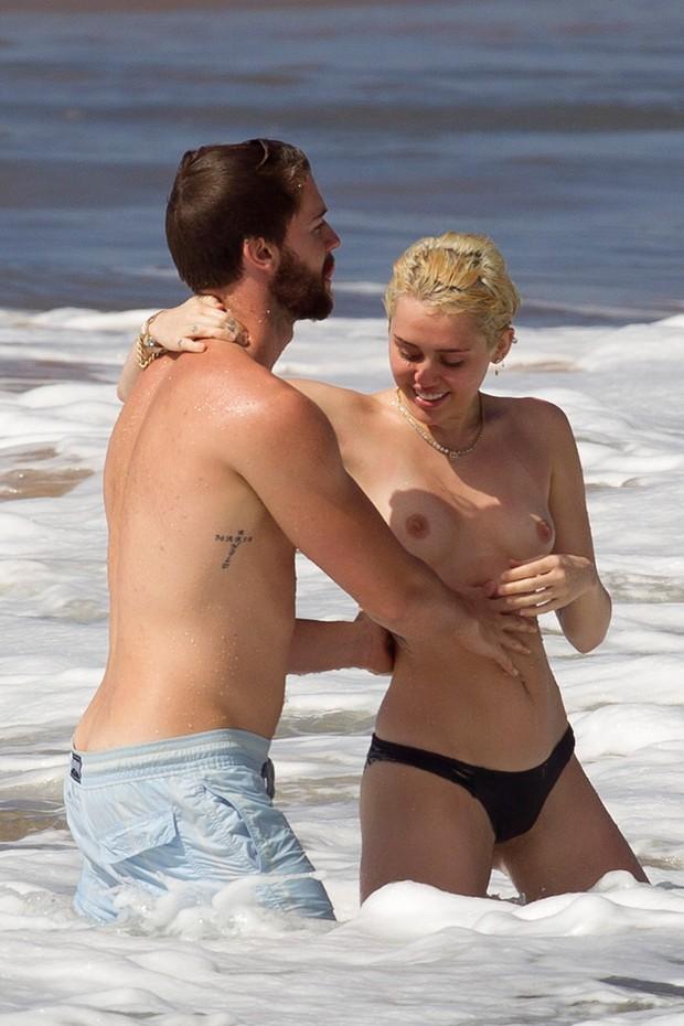 Miley Cyrus e Patrick Schwarzenegger em praia no Havaí (Foto: AKM-GSI/ Agência)