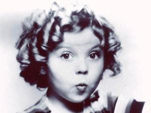 Retrato de Shirley Temple na década de 1930 mostra uma das clássicas expressões da estrela mirim (Foto: AFP/Arquivo)