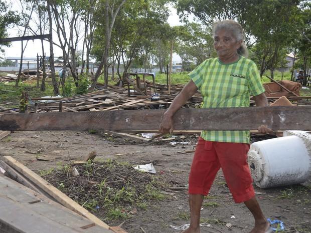Aposentada carregou sozinha a madeira da casa onde morava (Foto: Abinoan Santiago/G1)