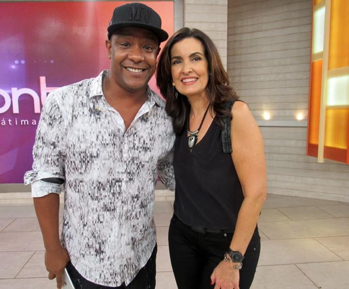 A apresentadora com o vocalista do Psirico (Foto: Carolina Morgado/Gshow)