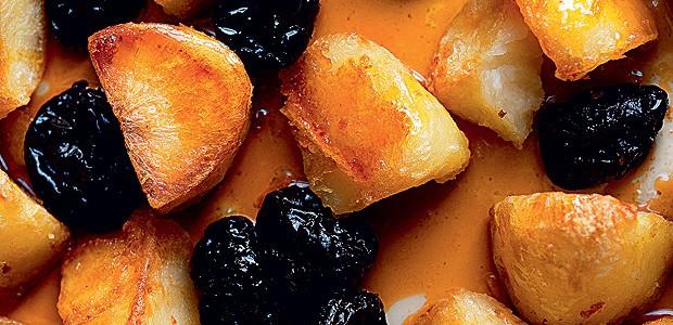 Batatas assadas com caramelo e ameixas (Foto: Jonathan Lovekin / Divulgação)