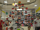 Com madeira, cabides e sementes, árvores de Natal chamam atenção