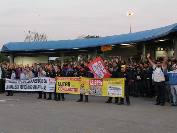 Operários aprovam suspensão de contratos de 930 na GM em São José (Foto: Fábio França/ G1)