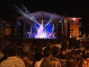 Público lotou praça principal de Conceição, na Paraíba, para ver show de Elba Ramalho (Foto: Reprodução / TV Paraíba)