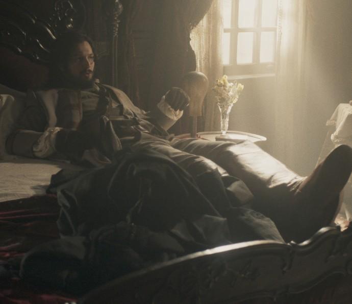 Ele fuça o quarto e deita na cama de Dionísia (Foto: TV Globo)