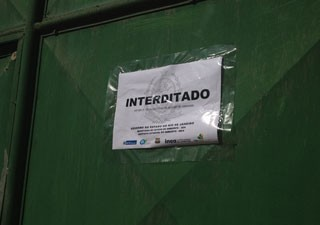 Depósito é interditado em Duque de Caxias, na Baixada Fluminense (Foto: Renata Soares / G1)